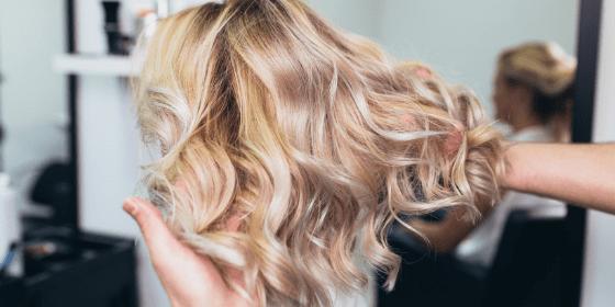 Farbowanie włosów w salonie fryzjerskim – metody koloryzacji, najmodniejsze kolory i najnowsze trendy