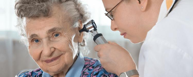 badanie słuchu starszej osoby