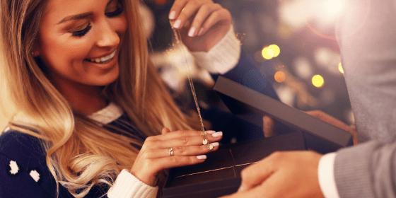 Biżuteria na prezent. Czy to dobry pomysł? Ceny i rodzaje biżuterii.