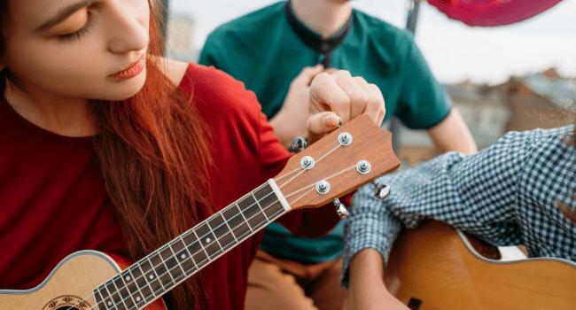 Nauka gry na instrumencie – ile kosztuje kurs? Kupić czy wypożyczyć instrument?